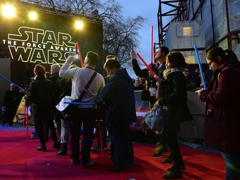 Fãs na pré-estreia de Star Wars: O despertar da força em Londres, nesta quarta (16)