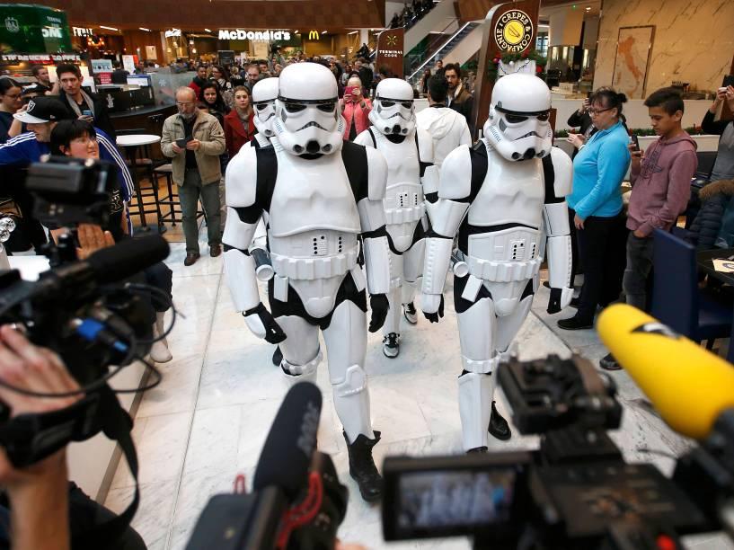 Stormtroopers posam para foto em pre-estreia de Star Wars: O despertar da força em Paris, nesta quarta (16)