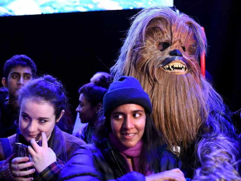 Fã fantasiado de Chewbacca na pré-estreia de Star Wars: O despertar da força em Londres, nesta quarta (16)
