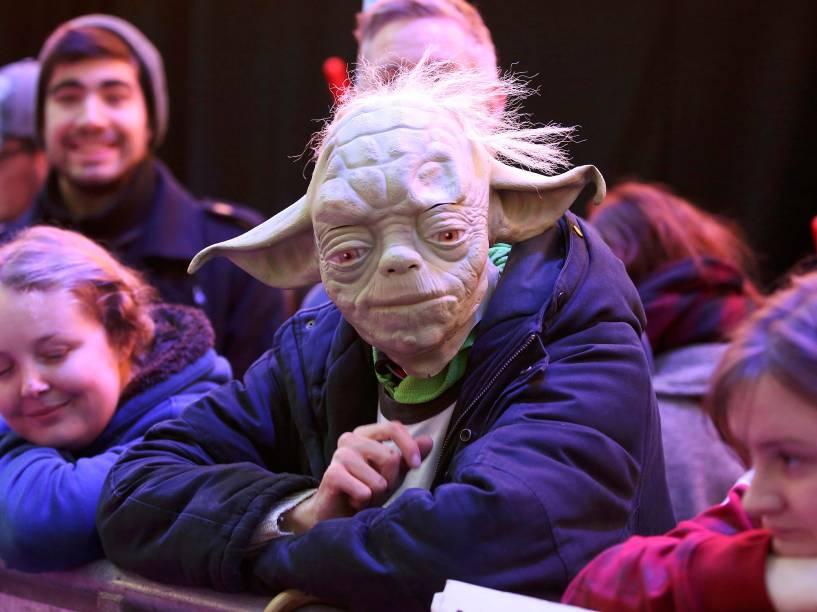 Fã fantasiado de Yoda para a estreia de Star Wars: O despertar da força , nesta quarta, em Berlim
