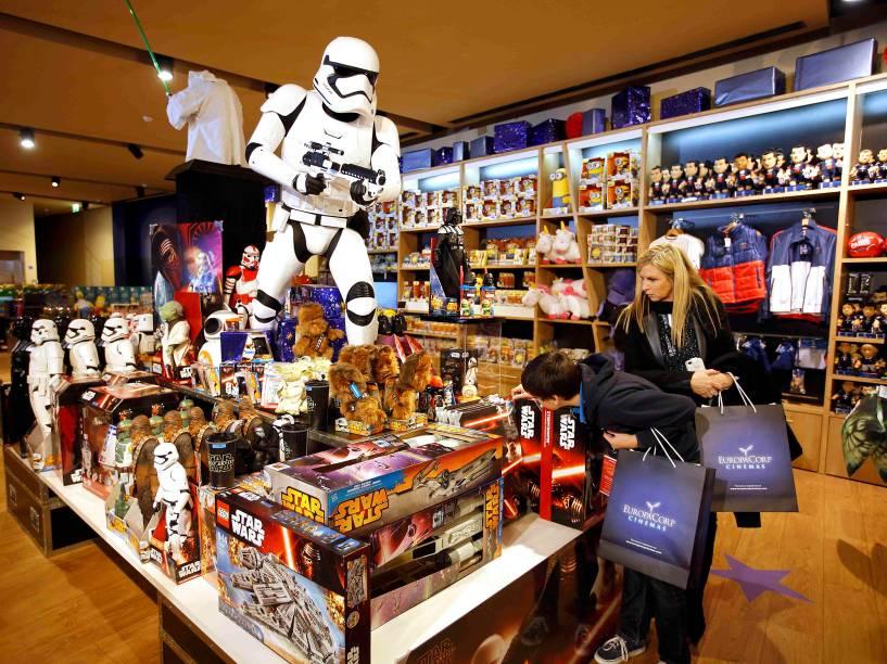 Público se prepara para assistir ao Star Wars: O despertar da força na França