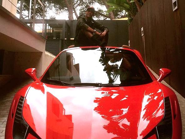 Neymar sentou em cima da Ferrari 458 Spider, seu mais novo carro