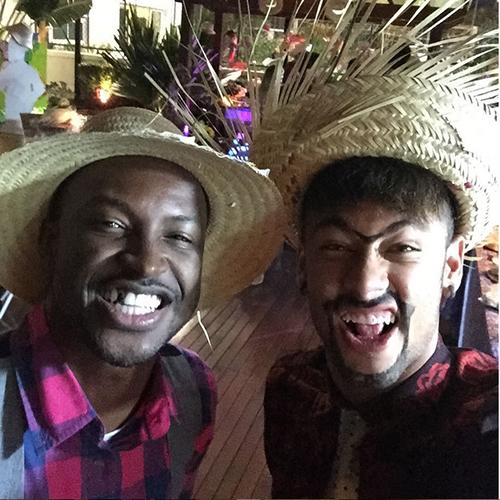 Com o cantor de pagode Thiaguinho, Neymar caprichou na caracterização de caipira