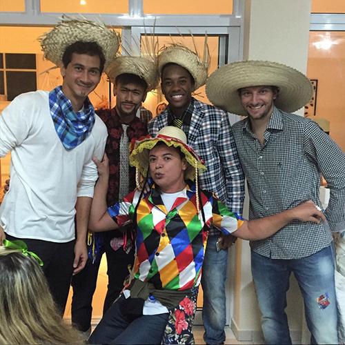 Companheiros dos tempos de Santos, Paulo Henrique Ganso, Neymar, Robinho e Elano se divertem na festa junina de Neymar