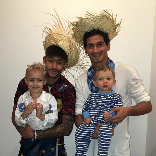 Neymar e Ganso posam para fotos com os respectivos filhos