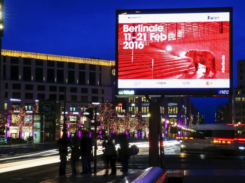 Anúncio do Festival de Cinema de Berlim, na Praça Postdamer Platz, na Alemanha. O festival se inicia nesta quinta (11), e termina no próximo dia 21