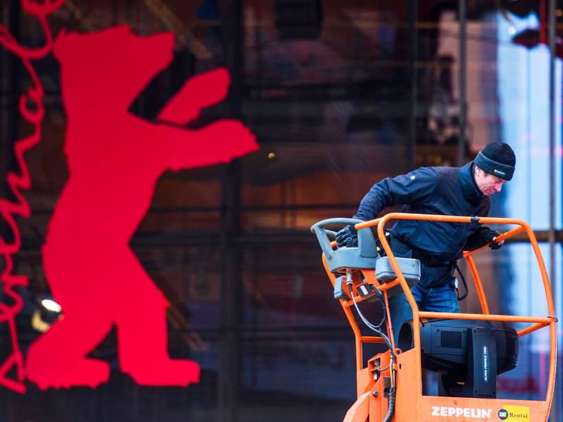 Trabalhador instala equipamentos de áudio, em frente à entrada principal do Festival de Cinema de Berlim, na Alemanha