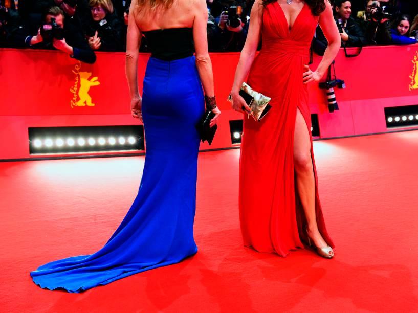 Convidados posam para fotógrafos, ao chegar no tapete vermelho, para o filme Ave, César!, que será exibido na abertura do Festival de Cinema de Berlim, na Alemanha, nesta quinta (11)