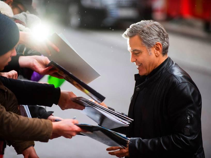 Ator americano George Clooney, distribui autógrafos para os seus fãs, ao chegar à coletiva de imprensa do filme Ave, César!, que será exibido na abertura do Festival do Cinema de Berlim, na Alemanha, nesta quinta-feira (11)