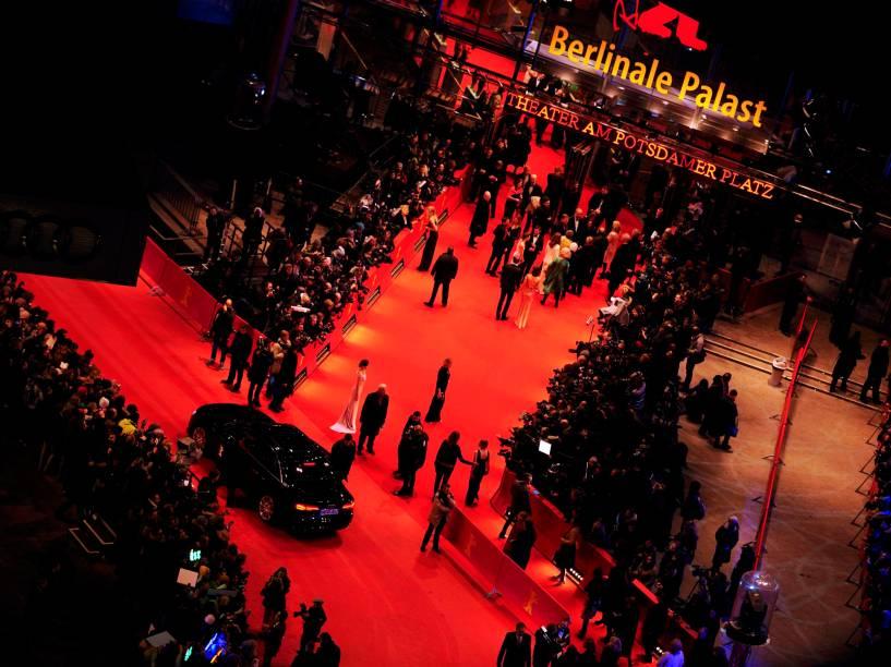 Vista geral dos convidados chegando ao tapete vermelho, para a exibição do filme Ave, César!, na abertura de gala do Festival Internacional de Berlim, nesta quinta (11)