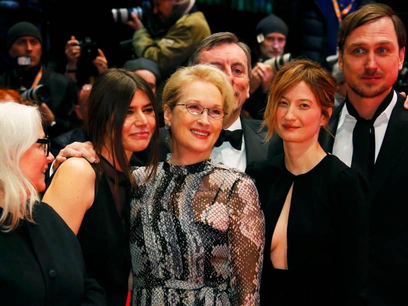 Atriz e presidente do jurí, Meryl Streep, chegando ao tapete vermelho, com os demais membros do jurí, para a exibiçāo do filme Ave, Cesar, na abertura de gala do Festival de cinema de Berlim, nesta quinta (11)