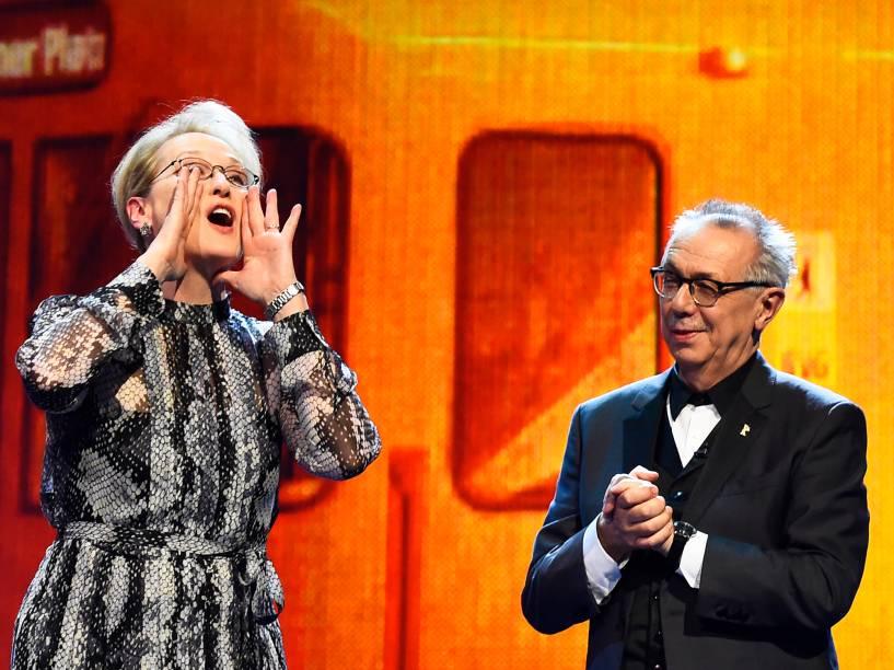 Atriz americana e presidente do júri, Meryl Streep, e o diretor do festival Dieter Kosslick, sobem ao palco, antes da exibiçāo do filme Ave, César!, na abertura do Festival de cinema de Berlim, na Alemanha, na noite desta quinta-feira (11)