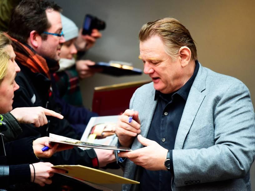 Ator irlandês Brendan Gleeson distribui autógrafos para os fās, antes da exibiçāo do filme Sozinho em Berlim, do diretor Vincent Perez, no Festival de Cinema de Berlim, nesta segunda-feira (15)