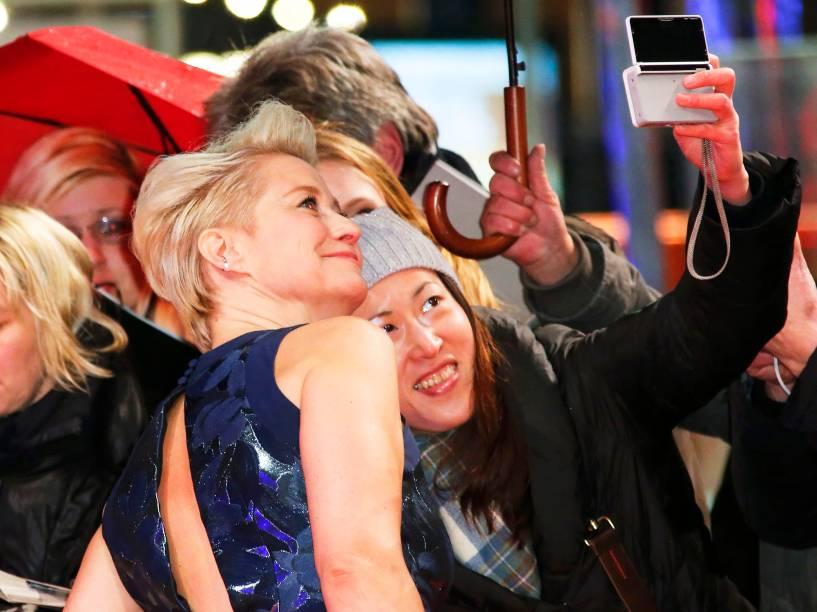 Atriz Trine Dyrhol faz selfie com uma fã, ao chegar ao tapete vermelho, para a exibição do filme The Commune, no Festival Internacional de Cinema, em Berlim, na Alemanha, nesta quarta-feira (17)