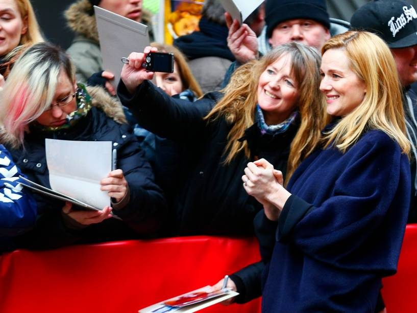 Atriz Laura Linney, distribui autógrafos, antes da coletiva de imprensa, para promover o filme Genius, no Festival Internacional de Cinema de Berlim, na Alemanha, nesta terça-feira (16)