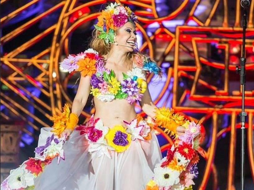 A natureza é um elemento tradicional nos looks da cantora. Aqui, Joelma parece saída de uma loja de flores artificiais.