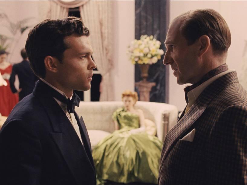 Hobie Doyle (Alden Ehrenreich), astro de faroeste, é treinado pelo diretor Laurence Laurentz (Ralph Fiennes) em Ave, César!