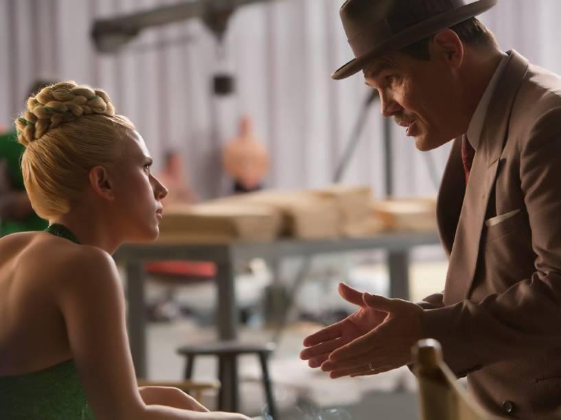 DeeAnna Moran (Scarlett Johansson) e Eddie Mannix (Josh Brolin) no filme Ave, César!