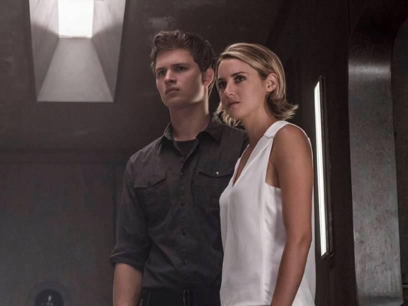 Tris (Shailene Woodley) e Caleb (Ansel Elgort) no filme Série Divergente: Convergente