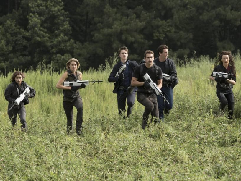 Tris (Shailene Woodley), Tori (Maggie Q), Caleb (Ansel Elgort), Quatro (Theo James), Christina (Zoë Kravitz) e Peter (Miles Teller) no filme Série Divergente: Convergente