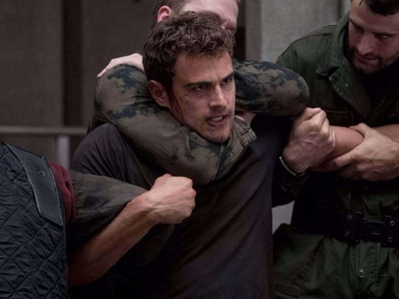 Quatro (Theo James) no filme Série Divergente: Convergente