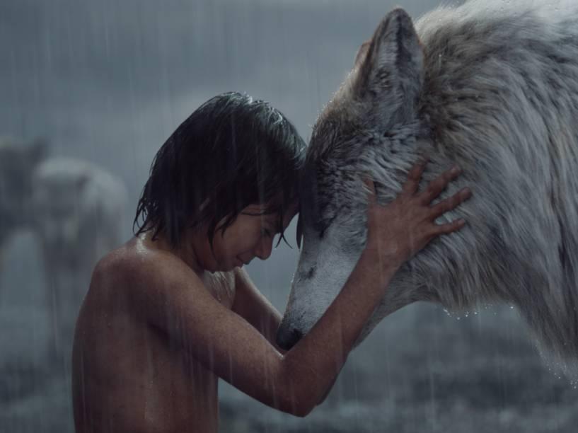 Mogli (Neel Sethi) e Raksha (Lupita Nyong'o) em cena do filme Mogli - O Menino Lobo