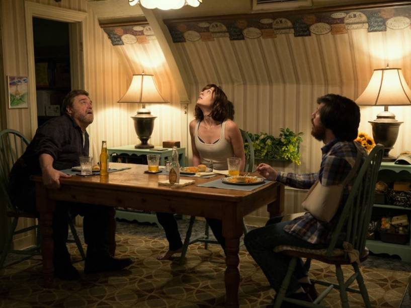 Howard (John Goodman), Emmett (John Gallagher Jr.) e Michelle (Mary Elizabeth Winstead) em cena do filme Rua Cloverfield, 10