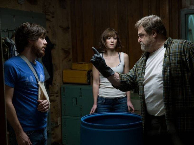 Emmett (John Gallagher Jr.), Michelle (Mary Elizabeth Winstead) e Howard (John Goodman) em cena do filme Rua Cloverfield, 10