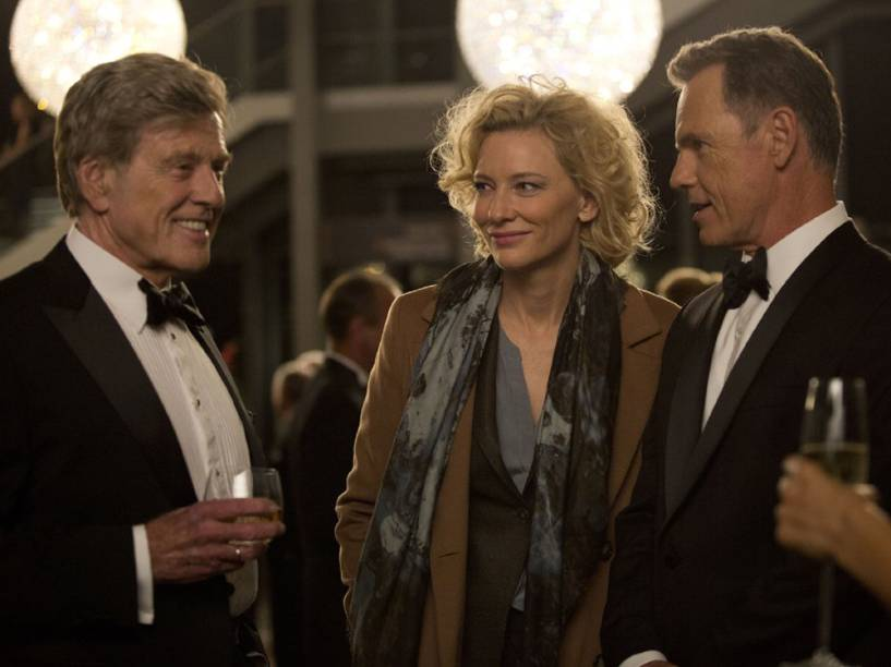 Dan Rather (Robert Redford), Mary Mapes (Cate Blanchet) e Andrew Heyward (Bruce Greenwood) em  Conspiração e Poder