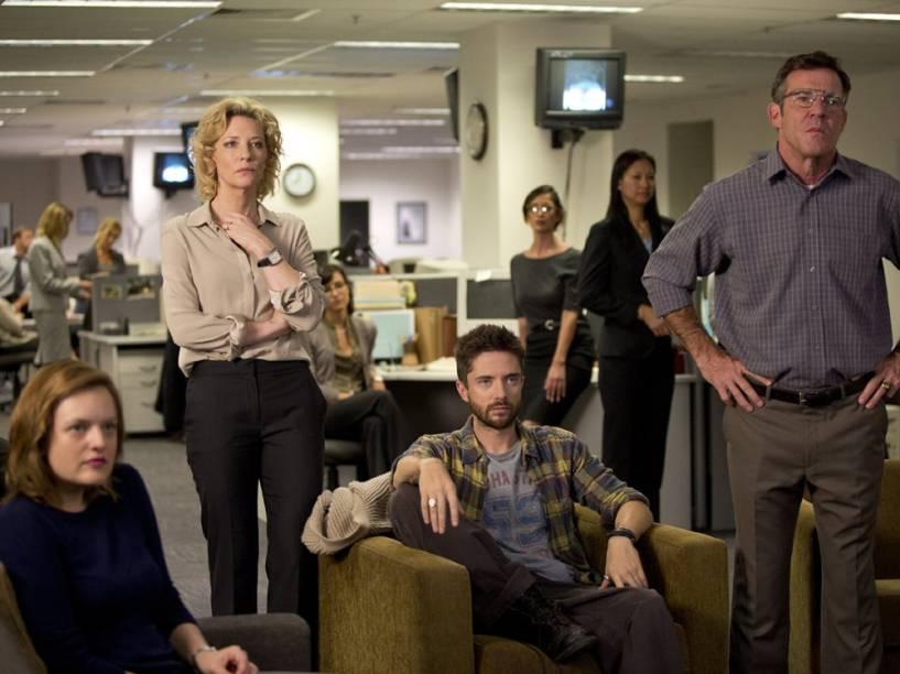 Lucy Scott (Elizabeth Moss), Mary Mapes (Cate Blanchet), Mike Smith (Topher Grace) e Roger Charles (Dennis Quaid) no filme Conspiração e Poder