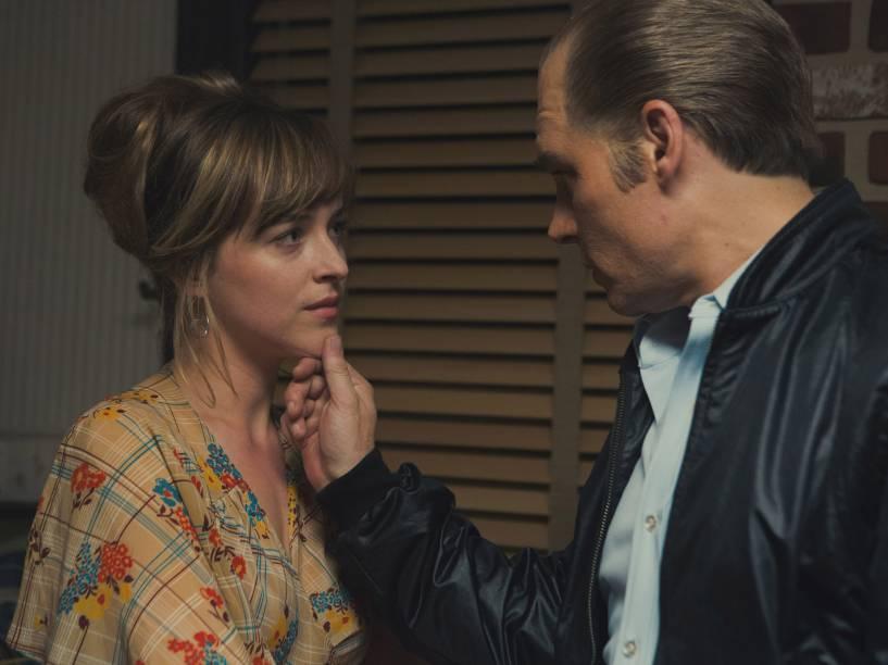 Cena do filme Aliança do Crime, com Johnny Depp e Dakota Johnson