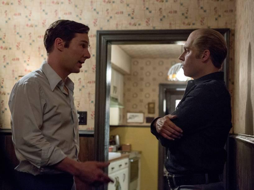 Benedict Cumberbatch e Johnny Depp em cena do filme Aliança do Crime