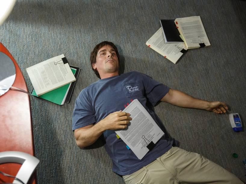 Christian Bale atua no papel do investidor esquisitão Michael Burry em 'A Grande Aposta'