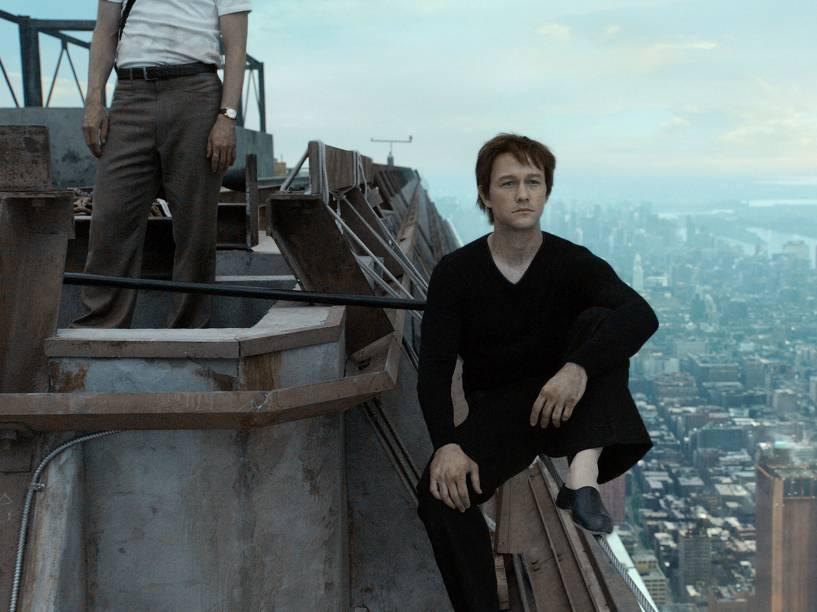Joseph Gordon-Levitt vive o equilibrista francês Philippe Petit, que impressionou o mundo ao cruzar o céu de Nova York sem aparato de segurança