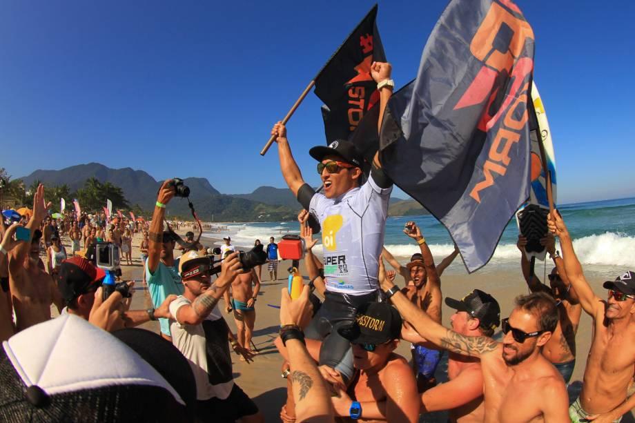 Flavio Nakagima comemora vitória em etapa do SuperSurf