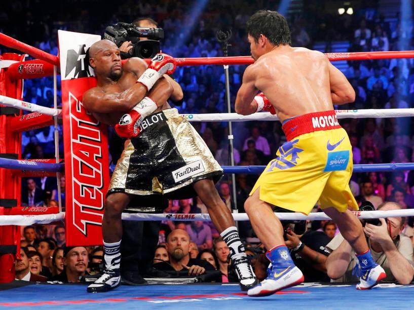 Os boxeadores, Pacquiao e Mayweather durante os primeiros rounds da luta