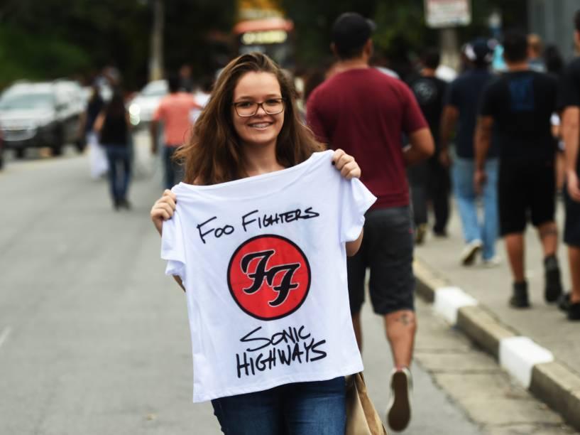 Fã chega para o show do Foo Fighters no estádio do Morumbi, em São Paulo