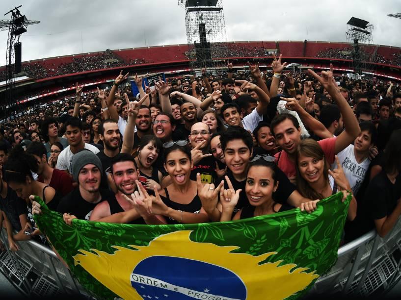 Público acompanha o show da banda Raimundos que antecede a apresentação do Foo Fighters, no Morumbi