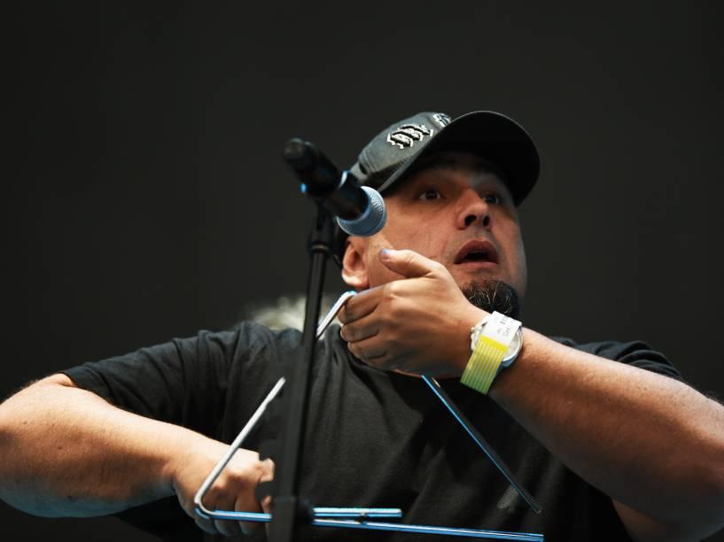 O vocalista Digão se apresenta com a Banda Raimundos no estádio do Morumbi, antes do show do Foo Fighters