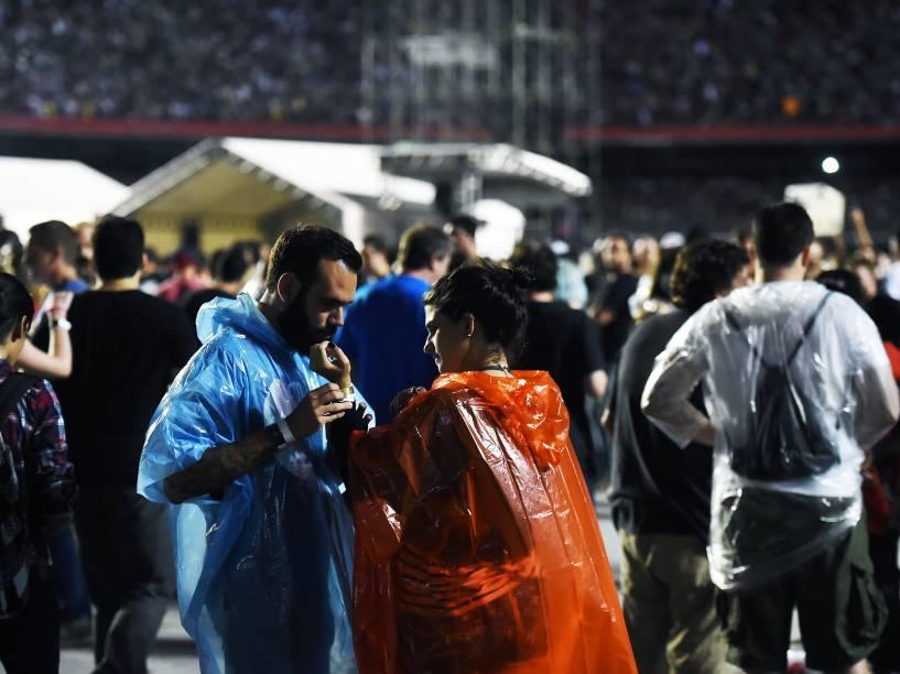 Fãs acompanham show da banda Foo Fighters no estádio do Morumbi, na capital paulista, na noite desta sexta-feira (23)