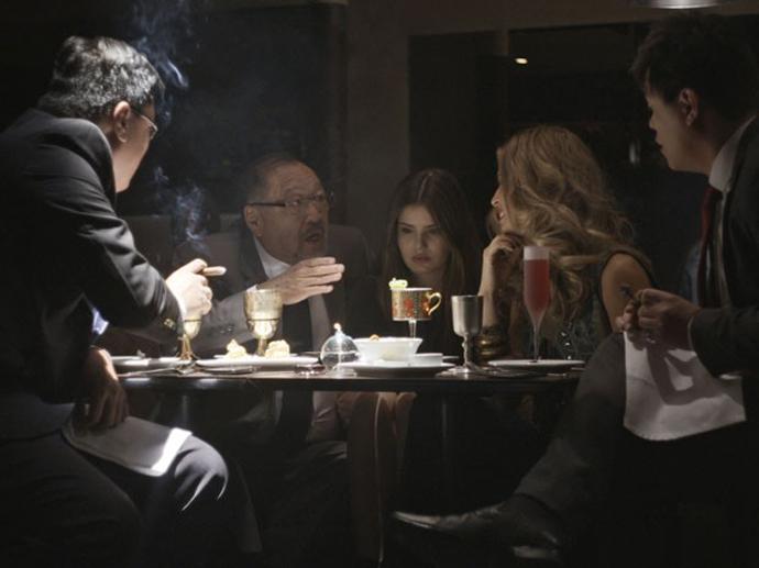 Angel (Camila Queiroz) fica constrangida durante jantar com executivo em Verdades Secretas