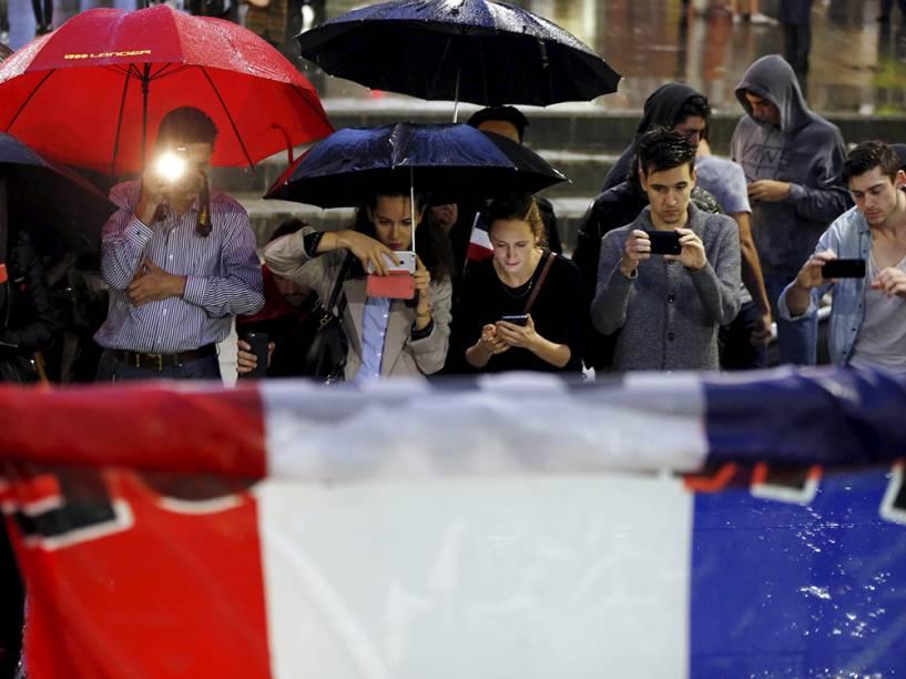Pessoas no memorial criado para as vítimas do atentado em Paris