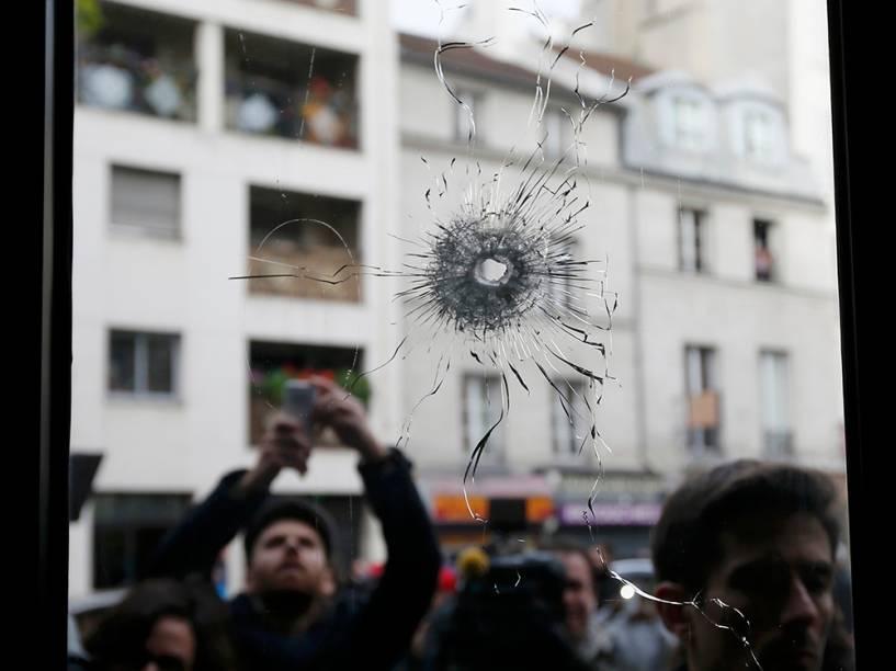 Jornalistas trabalham um dia após o atentado em Paris