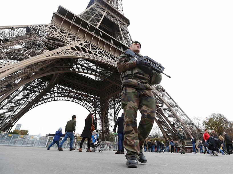 Forte esquema de segurança na Torre Effeil em Paris