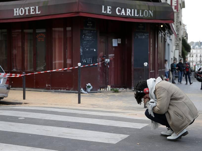 Um dos locais dos atentados na noite de sexta-feira em Paris