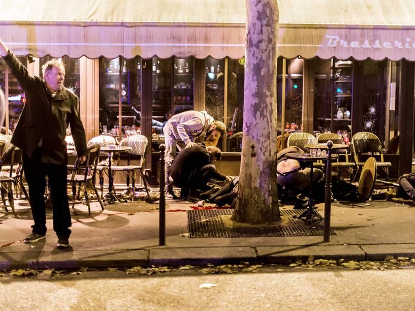 Pessoas feridas no Café Bonne Biere, em Paris