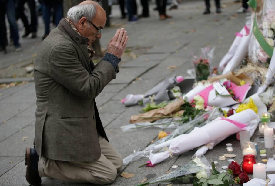 Homenagens em frente a casa de shows Bataclan, em Paris