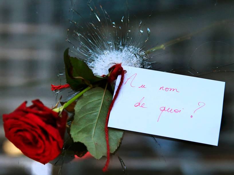 Em Paris, flor é colocada em buraco de bala