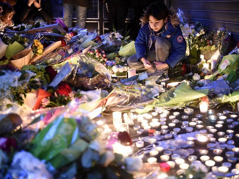 Homenagens nos locais dos atentados em Paris