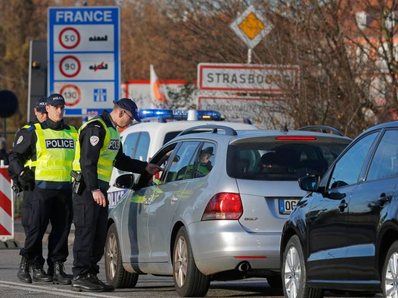 Polícia francesa verifica documentos de motoristas nesta segunda-feira (16) na fronteira com a Alemanha em Estrasburgo